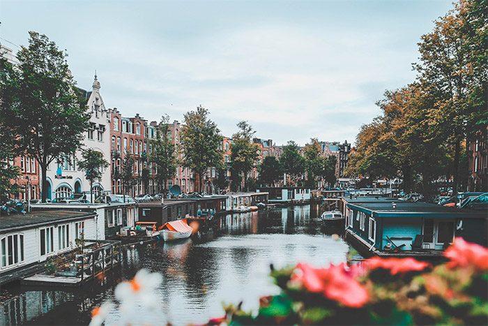 Holandsko - domy u řeky